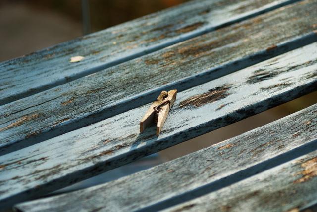 Waescheklammer auf Tisch