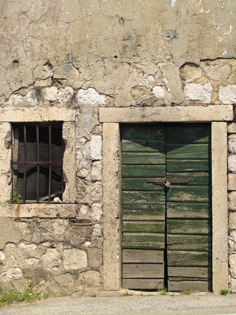 Fachada velha com porta verde