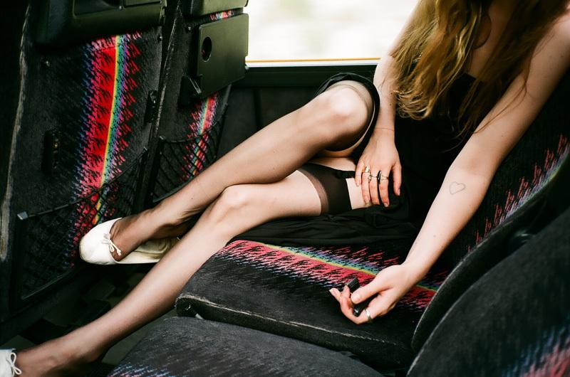 camille dans le bus, à la campagne.jpg
