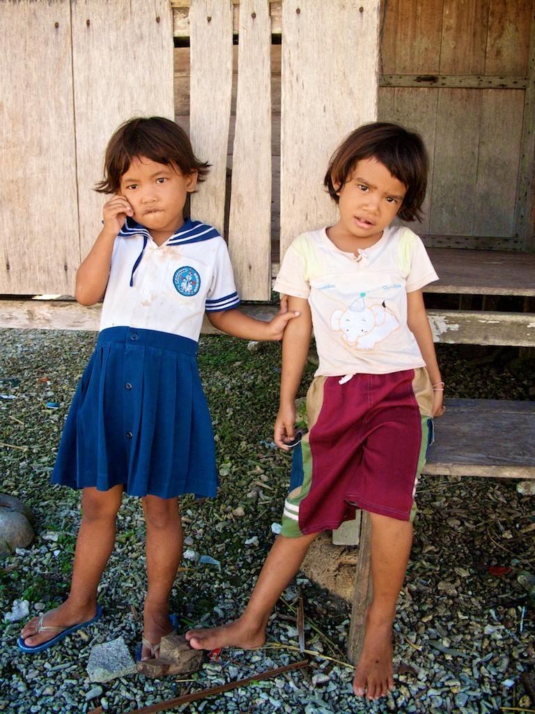 Crianças no vilarejo de Silabu