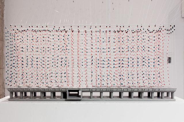 Récif Radieux, 2014 Béton, fil nylon, perles 80 x 203 x 33 cm
