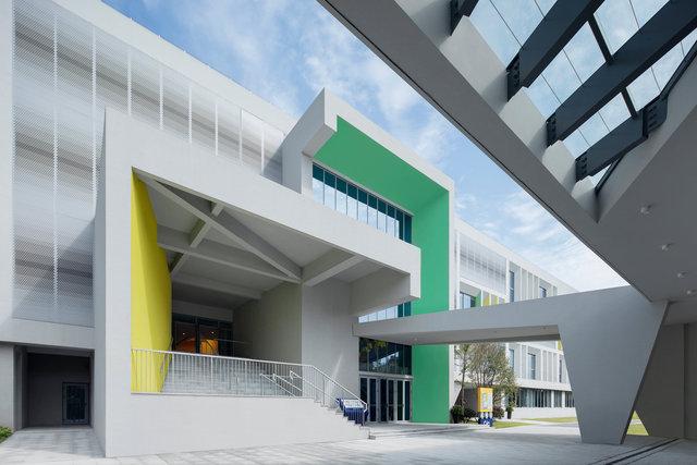 (摄影师夏至)崇文04_南校门的双入口门厅设计,上下学高峰时段可以分流;门廊提供雨雪天连续的通道空间.jpg