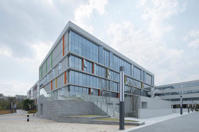 (摄影师夏至)崇文10_体育馆东北角,学生可以从一层直接到操场,也可以通过二层平台转折而下.jpg