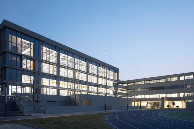 (摄影师夏至)崇文11_体育馆朝向操场的一面设计为全落地玻璃,提供了无遮挡的视野和充足的光照.jpg