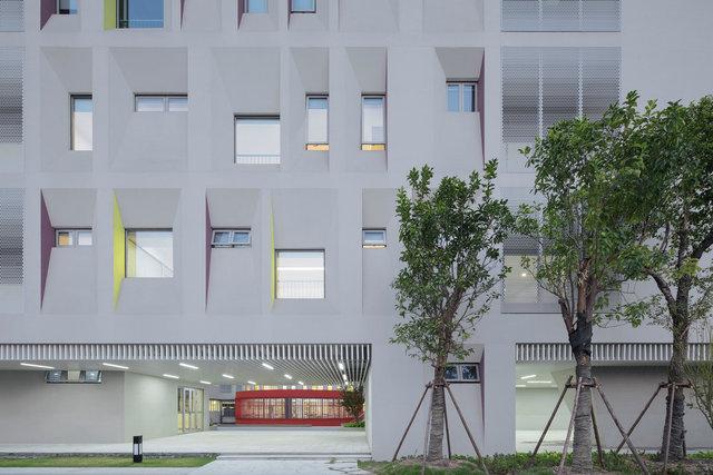 (摄影师夏至)崇文07_架空拓宽了校园的活动范围,模糊了建筑的内外边界.jpg