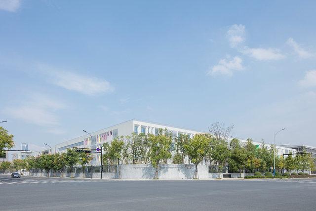 (摄影师夏至)崇文01_绿树掩映之中,浅色而完整的形态使学校呈现出一种谦逊的态度.jpg