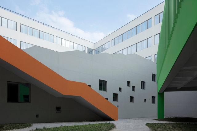 (摄影师夏至)崇文20_正方形图书馆庭院,大阶梯下是阶梯教室.jpg