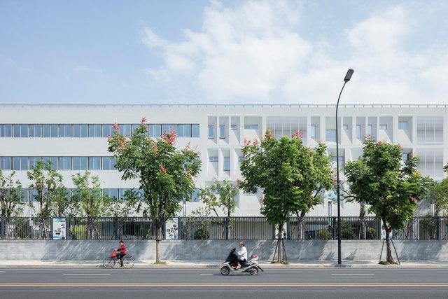 (摄影师夏至)崇文02_学校西侧走廊的长条形开窗,教师休息室的自由开窗正对着校园西侧的大片田地.jpg