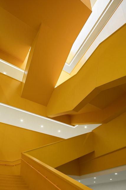 (摄影师夏至)崇文29_中轴线楼梯用了三种基本形态的楼梯形式,组合出了富有动感的空间.jpg
