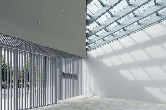(摄影师夏至)崇文03-1_南入口门廊是主体建筑内门厅的延伸,家长可以在此等候接送孩子.jpg