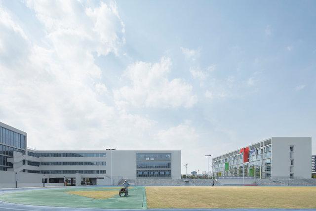 (摄影师夏至)崇文13_教学建筑面向操场的一侧需要良好的视野,加强运动的参与感.jpg