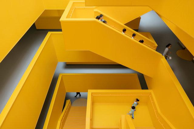 (摄影师夏至)崇文22_中轴线楼梯成为师生最喜欢的活动空间.jpg