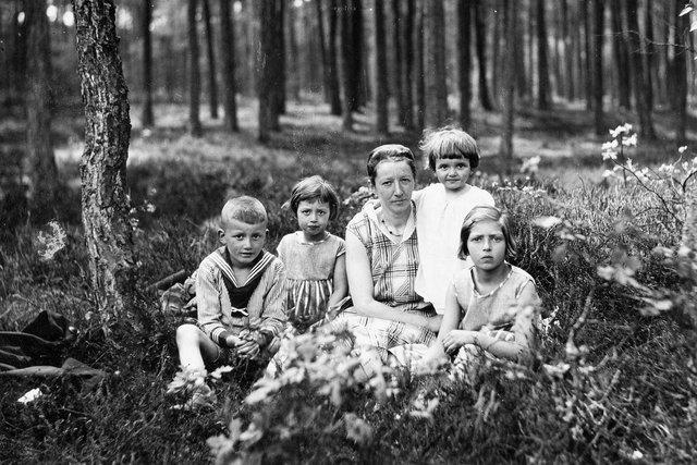 familie portret van mijn oma en vader met de 3 zusjes