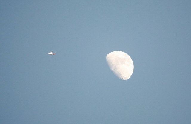 vliegtuig en maan