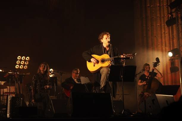 french-singer-raphael-pays-tribute-to-the-late-singer-leonard-cohen-picture-id952175382-1.jpg
