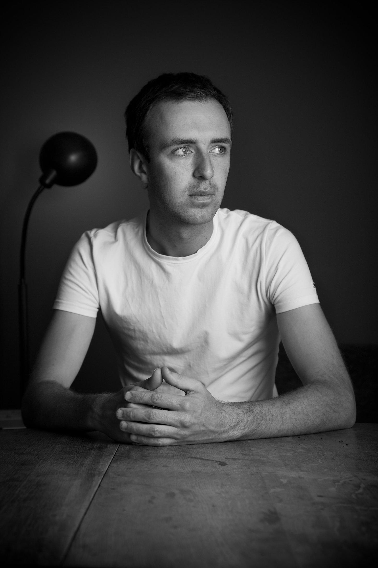 portretfoto man aan tafel