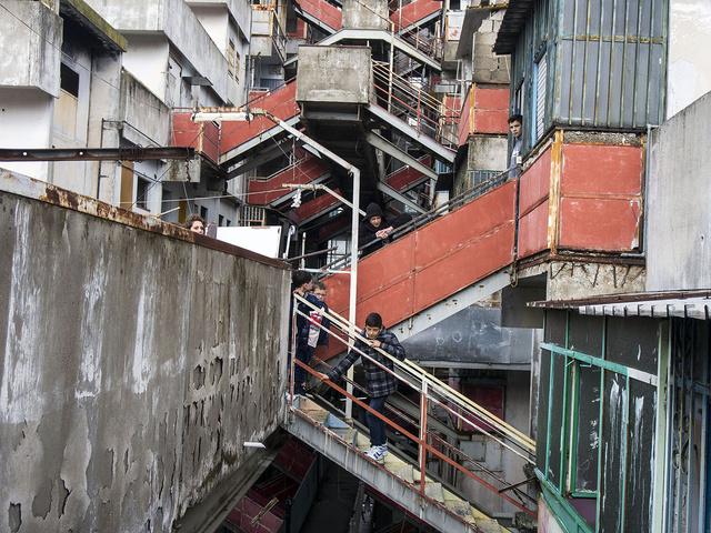Bambini sulle scale all'interno delle Vele di Scampia