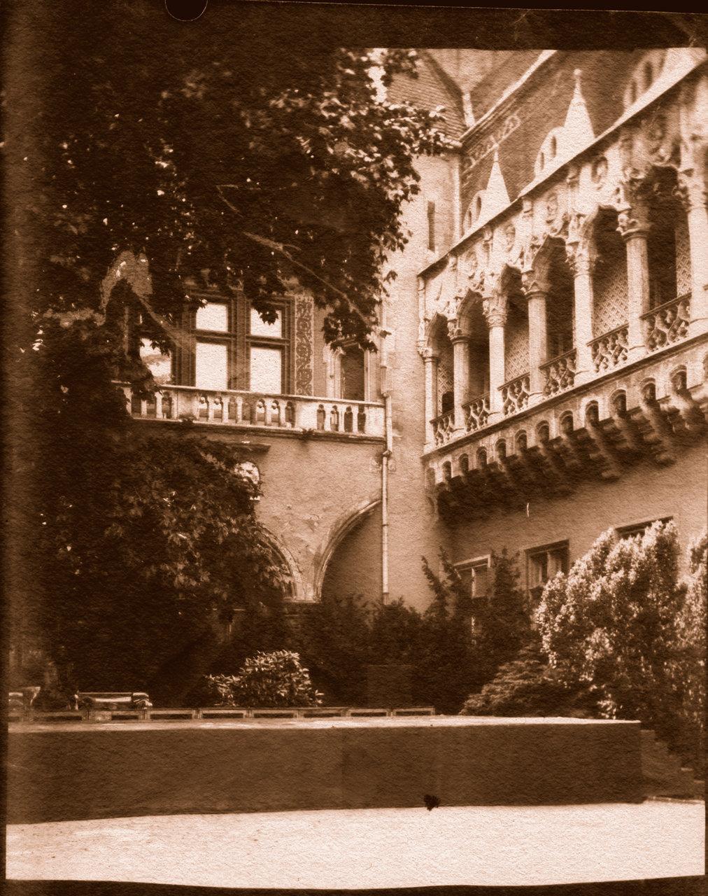 Budapest-caste-detail-refl-pos-br.jpg