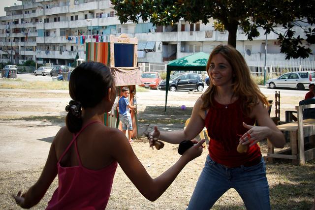 Bambine danzano la tarantella durante la festa organizzata da Davide nelle Vele di Scampia