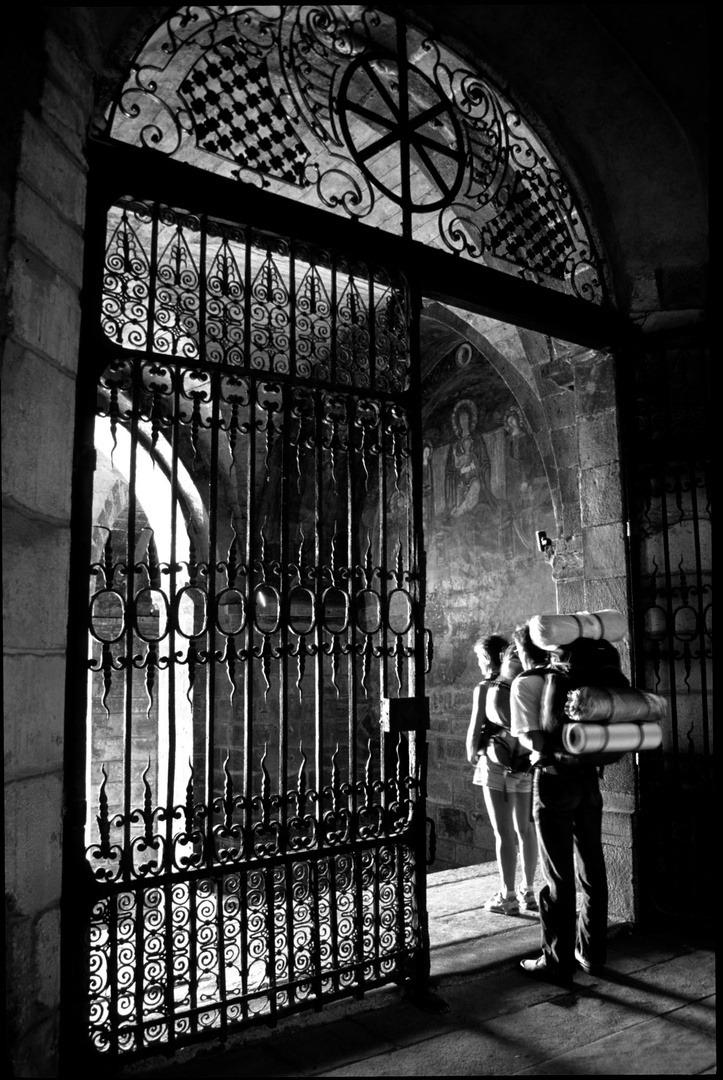 Départ de deux pèlerins, cathédrale, Le Puy-en-Velay, France