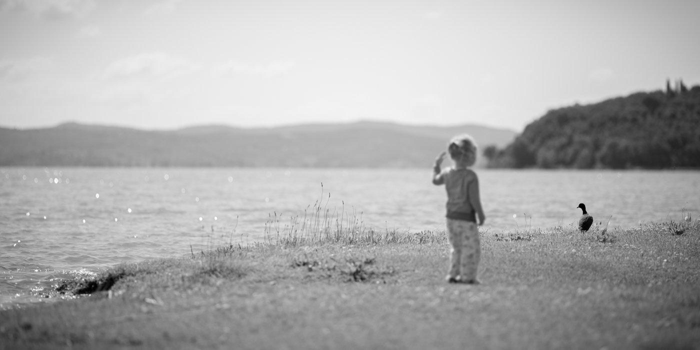 foto jong kind bij meer