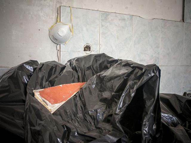 Pezzi di eternit all'amianto negli appartamenti vuoti delle Vele di scampai