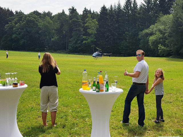 Helikopterrundflug mit Außenlandung auf dem Rettershof in Kelkheim, thomsen Heli-Service, 01 51 - 24 11 53 29, info@thomsen-heli.com, Dipl.-Ing. Sonja Thomsen-12.JPG