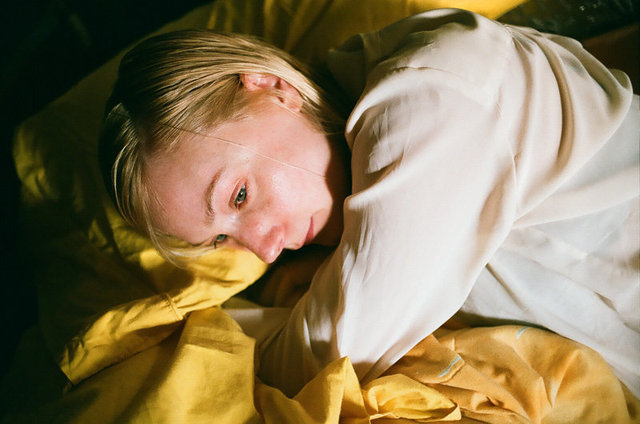 Jen froissée dans les draps jaune, San Miguel, 2011.jpg