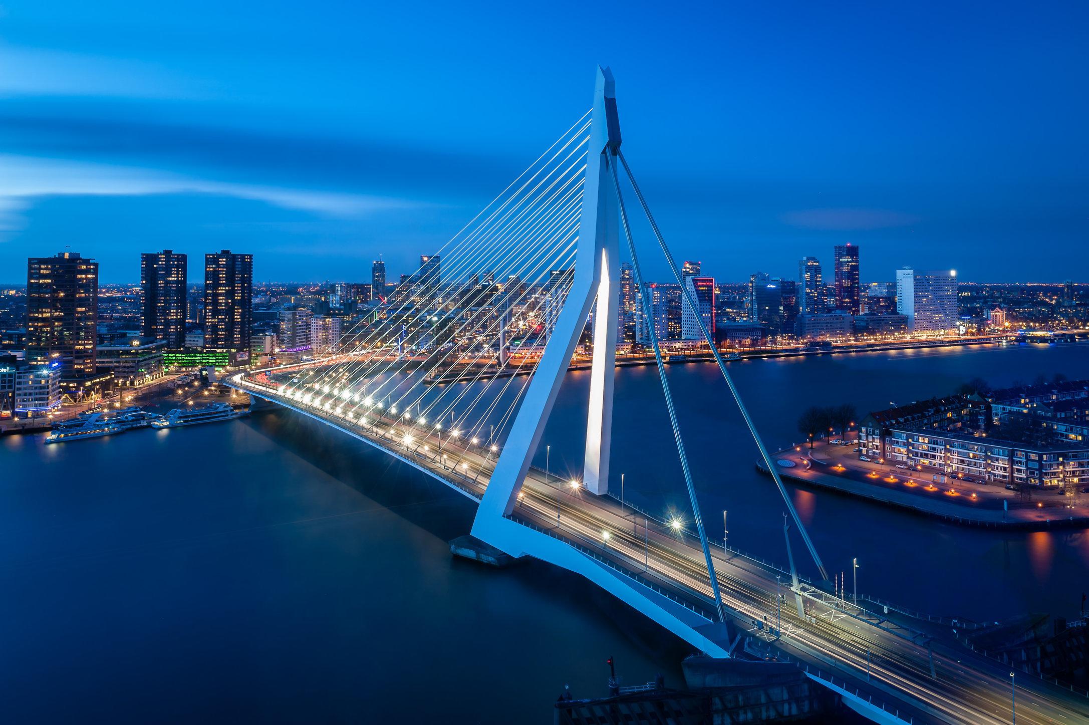 Erasmusbrug, Rotterdam vanuit NHow hotel in De Rotterdam