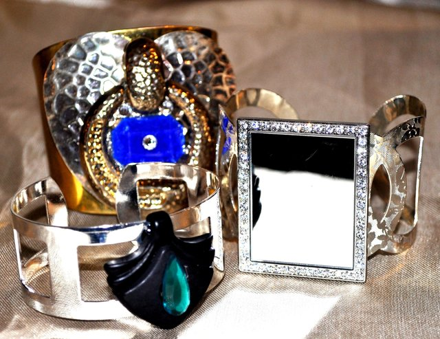 3 DIFFERENT CREATIVE CUFFS IN GOLD AND SILVER.