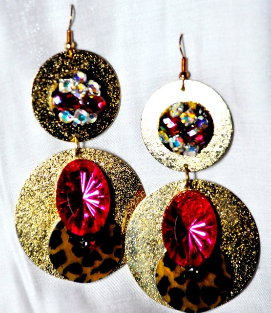 2 GOLD DISK WITH BEADED STONES