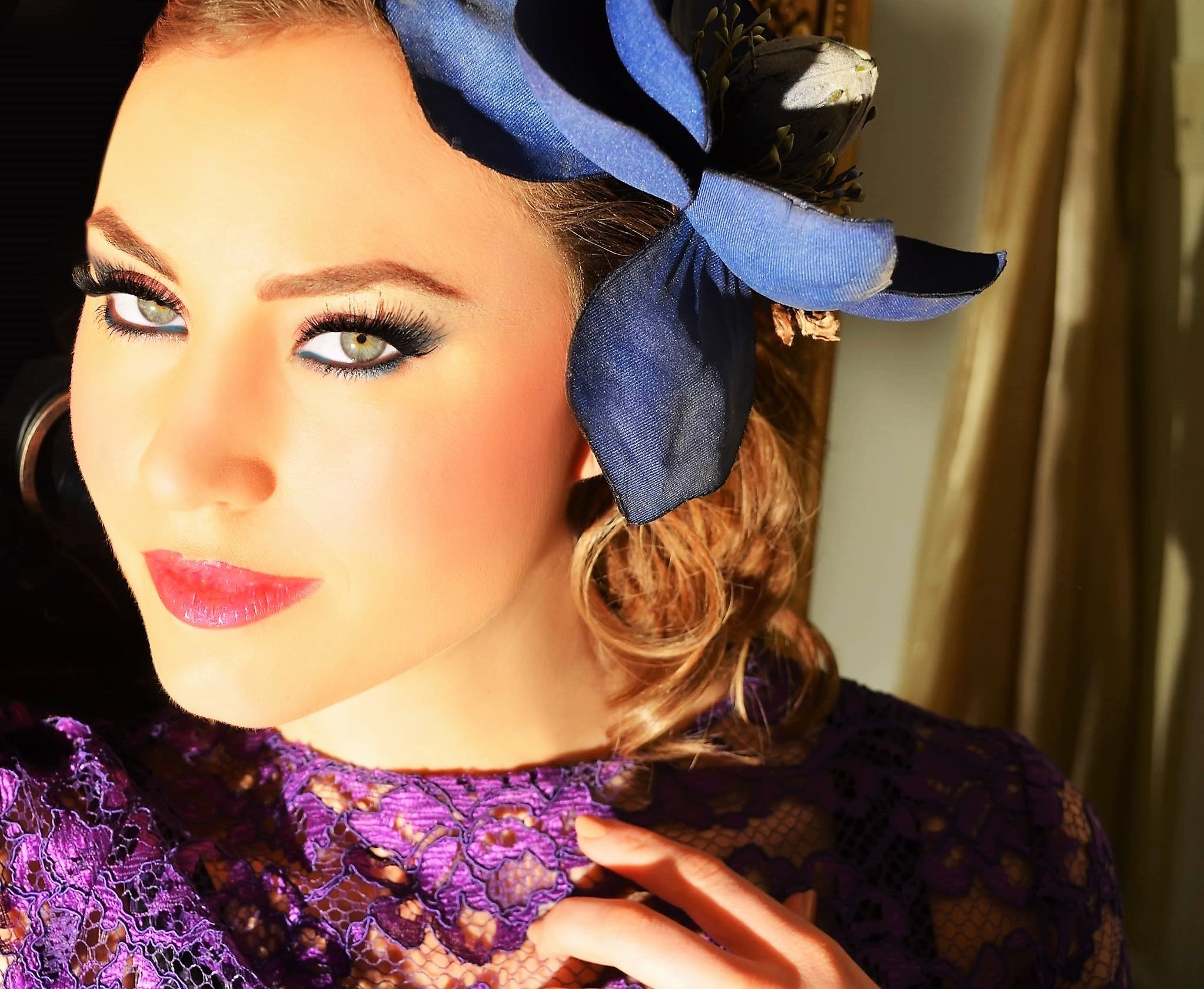 LOOK VERSATILE AND FRESH WITH INDIGO AND BLUE SHADOW, WITH PINK LIPS.
