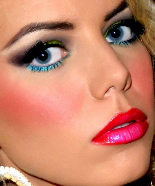 ELISE'S LOOK IS CREATED WITH VIBRANT COLORATIONS.