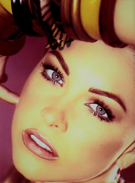 COURTNEY HOPE KEEPS IT NATURAL,DARING AND SATURATED WITH HEATHER GRAY SHADOW AND CAMEL LIPS.