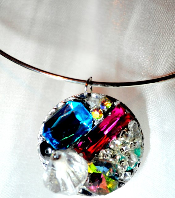NECKLACE WITH MULTICOLORED STONE EMBELLISHMENTS