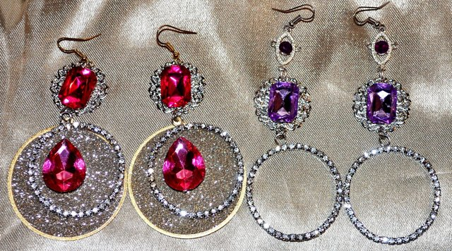 CIRCULAR CRYSTAL EARRING WITH COLORED STONES.
