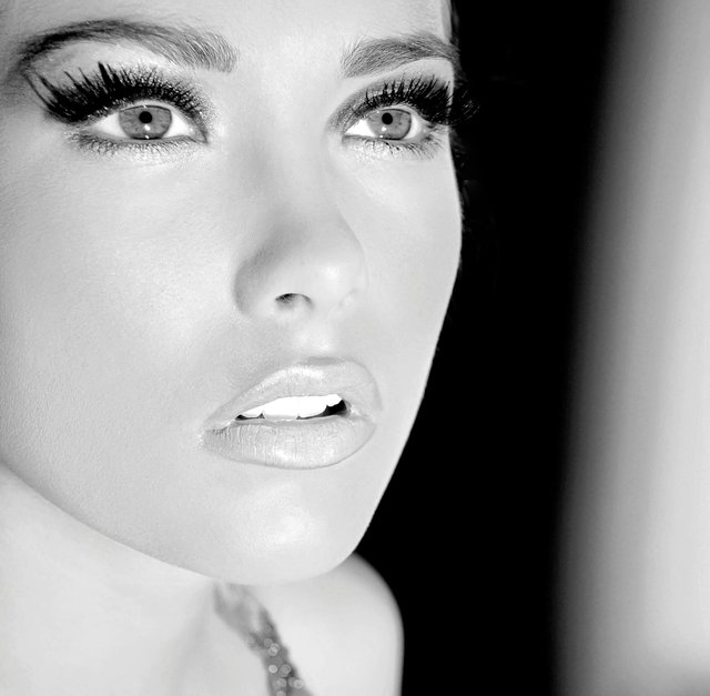 LAUREN WEARS LOTS OF LASHES SWANKED WITH BLACK DIAMOND SHADOW, ROSE WATER LINER AND LIPS.