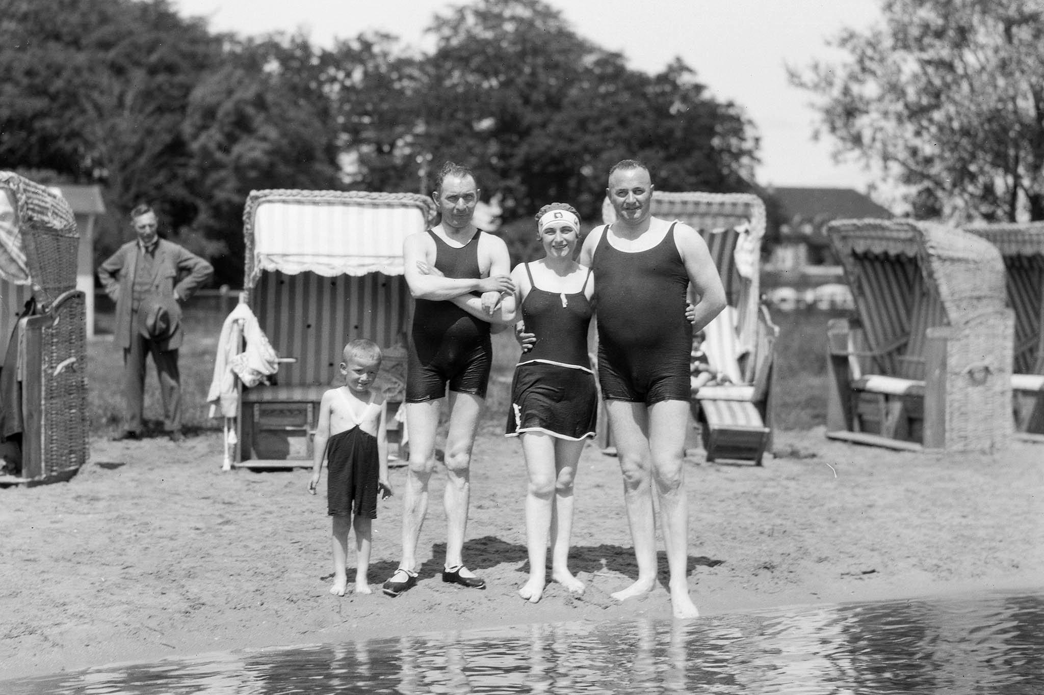 zondag besteding met familie en vrienden ca 1920 links mijn vader (kleine ventje)