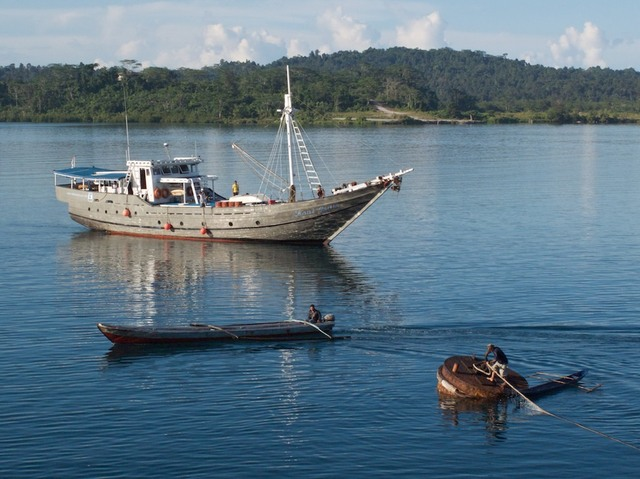 Laut India atracando no Ambu-Ambu