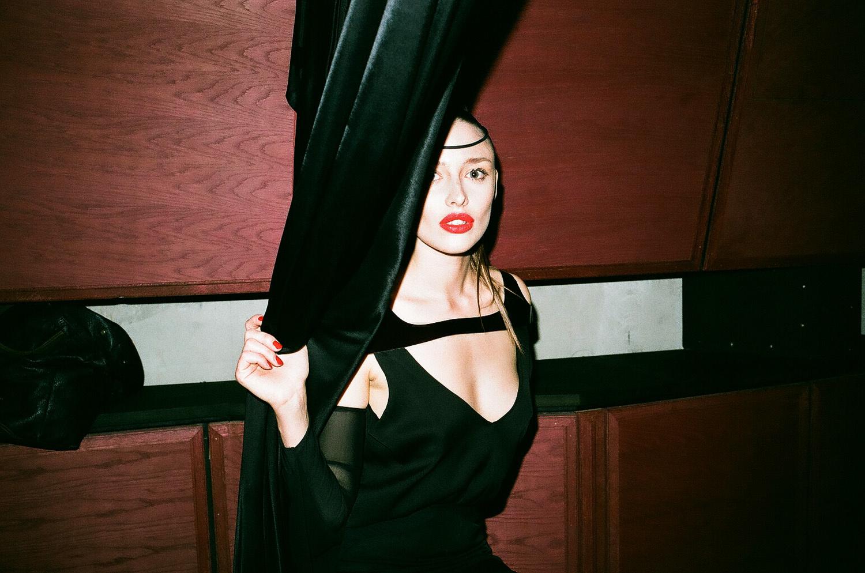 31_Celyn derrière le rideau.jpg