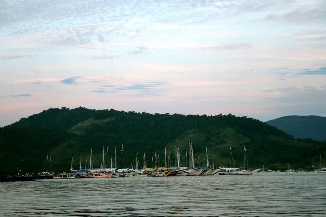 Barcos ancorados em frente à Paraty