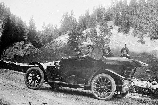 opa achter het stuur (met racebril) ca 1900