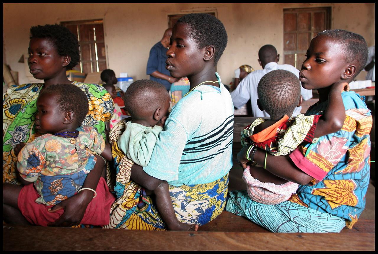 RDC - de jeunes mamans dans un dispensaire médical