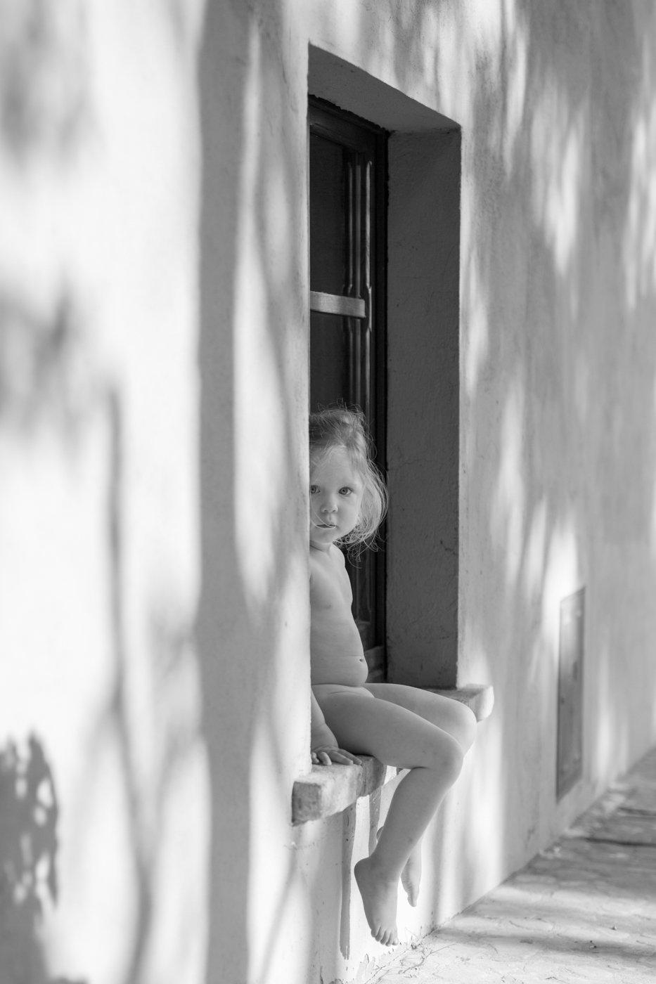 portretfoto jong kind in raam - © Janneke Walter, kinderfotograaf omgeving Utrecht