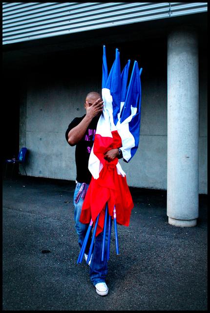 le militant et les drapeaux