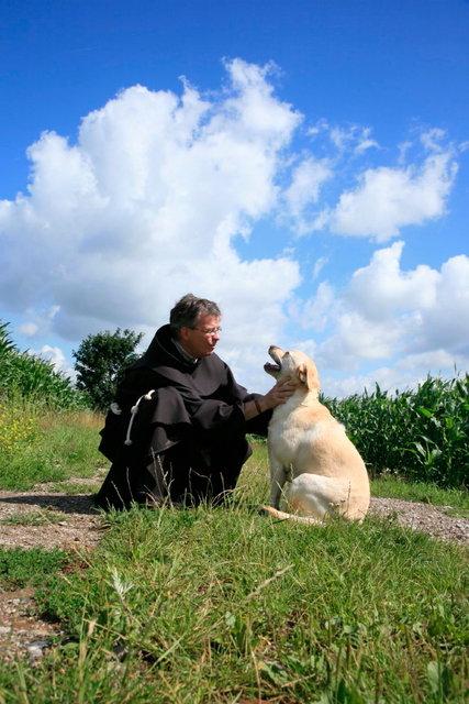 fransiscaan met hond