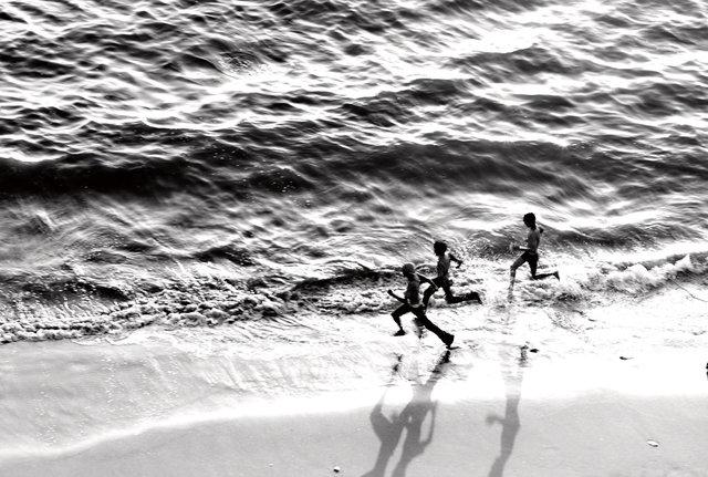 beach water kids 3.jpg