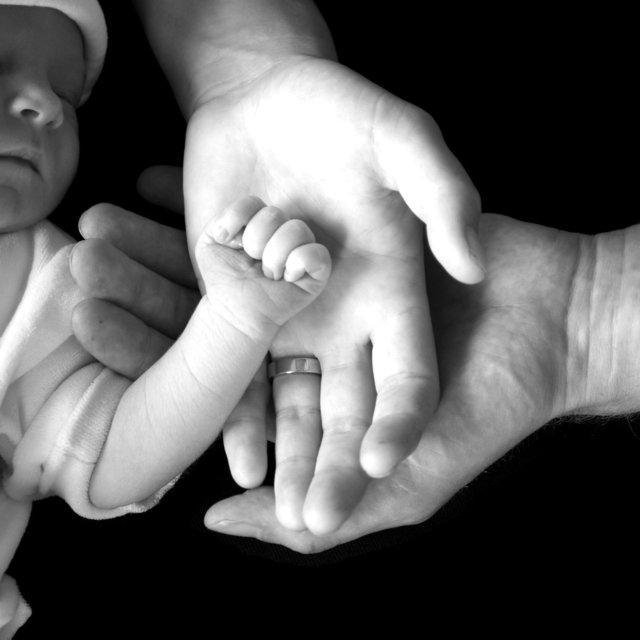 babyhandje met ouders