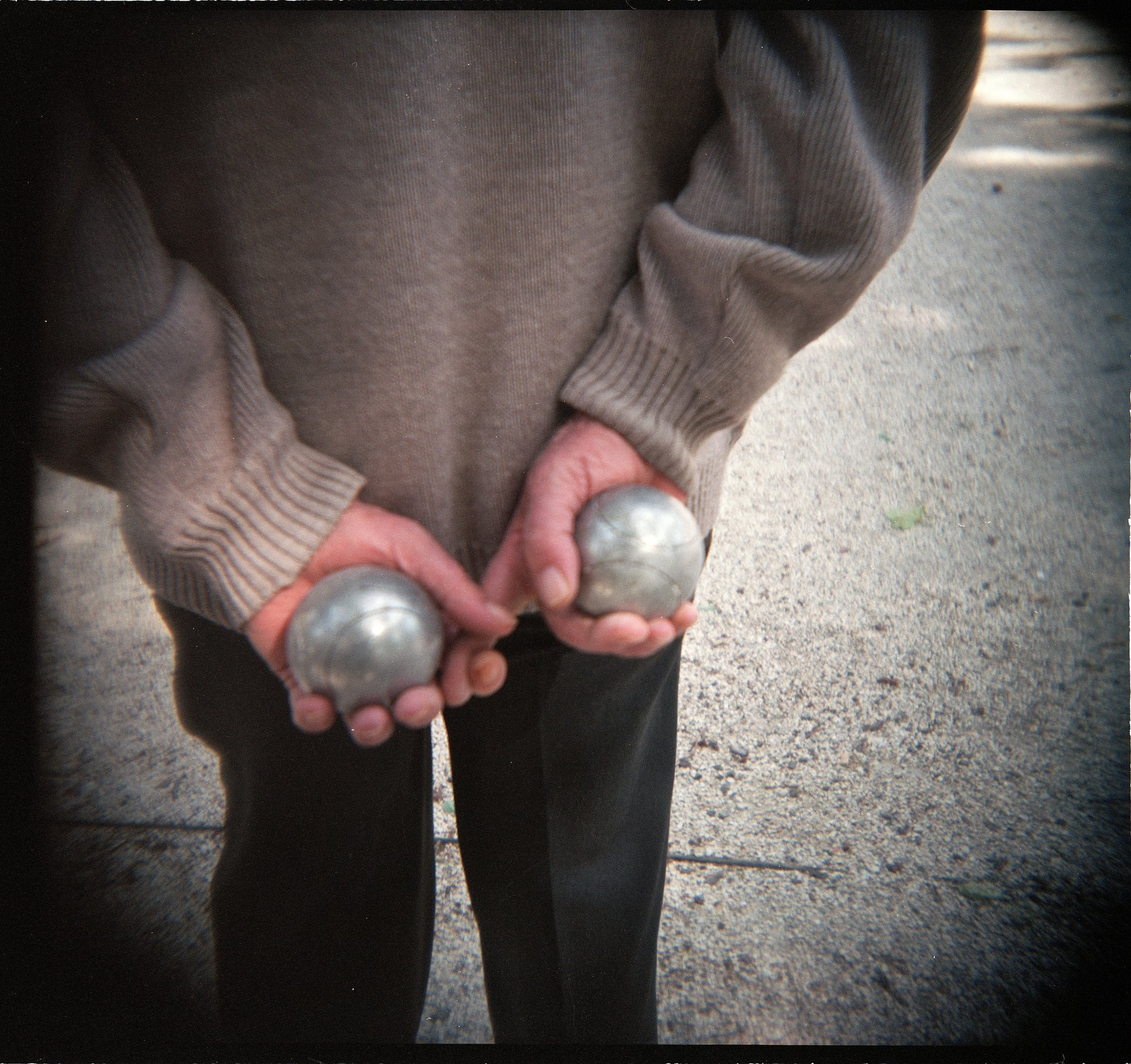 Holga France 85 001-07-BallsBehindBack - Version 2