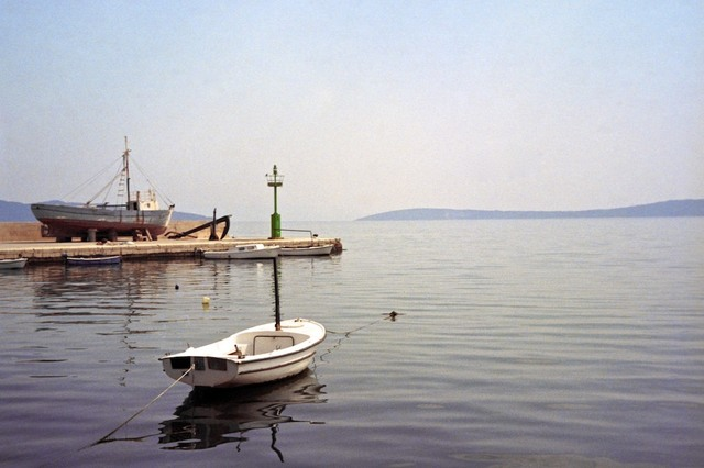 Barco branco ancorado